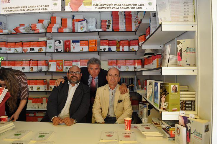 Marcelino Elosua con los autores de Más economía para andar por casa