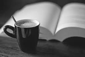 Cà phê khuya cô đơn tĩnh mịch!!!   Đối với tôi cà phê chưa bao giờ là thứ thuộc về đám đôngồn ào gấp gáp. Càng một mình cà phê càng ngon càng đen càng đắng càng sâu.......  ảnh minh họa  Người ta vẫn nói uống cà phê không phải chỉ là thưởng thức một thứ ăn chơi uống cà phê dần dần đã trở thành một nét văn hóa để đẩy đưa câu chuyện để lùi xa những phân cấp để giải tỏa những muộn phiền và để tìm về những ký ức. Ở mỗi nơi mỗi bước chân người đi qua thì sẽ có những câu chuyện để nói về cà phê…