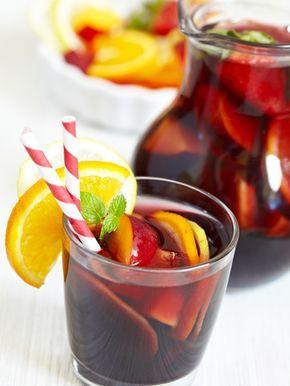 sangria sans alcool  -4 litres de jus de raisin rouge - 2 litres de jus d'orange - 1 litre de nectar de pêche - 1 bouteille de concentré de citron (genre P..co) - 1 petite bouteille de coulis de fraise (20 cl) - 1 cuillère à soupe de sirop de framboise - 1 cuillère à soupe de sucre en poudre - 1 pincée de cannelle - des fruits de saison ou en boîtes pour certains (2 pommes, 2 oranges, 3 poires, 2 pêches, 3 brugnons, 1 melon... à définir suivant les saisons)