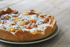 Dit heerlijke recept voor nectarinetaartkomt van de blogLyntje.nl. Doe de bloem samen met de boter, 1 ei, 1 zakje vanillesuiker en een snufje zout in een kom. Kneed dit tot een deeg, en laat het ongeveer een uur in plasticfolie in de koelkast rusten. Maak vervolgens de nectarine's schoon. Schil ze, snijd ze in tweeën […]