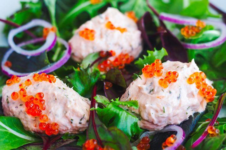 Laksemousse med varmrøget laks og små rognperler på en sprød salatbund.