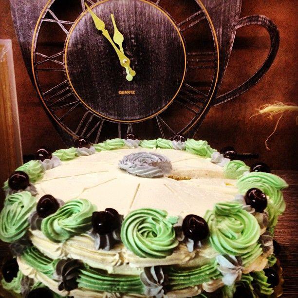 "Aunt Petunia Cake: H θεία του Χάρι ήταν θαυμαστή μαγείρισσα. Ο αντρας της είχε κερδίσει ουκ ολίγες φορές προαγωγή λόγω των γλυκισμάτων της. Εμείς σας ετοιμάσαμε το cake που κατέστρεψε ο Dobby πριν καν φαγωθεί στην αρχή της ταινίας η ""Καμαρα με τα Μυστικά"". Φρούτα του δάσους και βανίλια!"