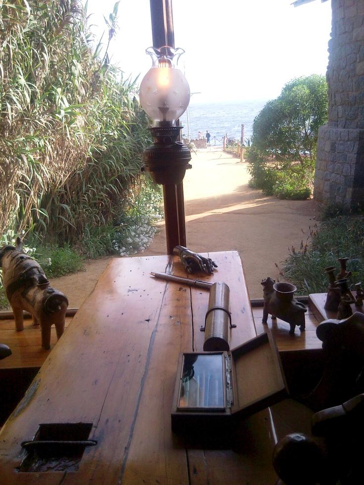 Vista desde un escritorio de la casa de Pablo Neruda en Isla Negra
