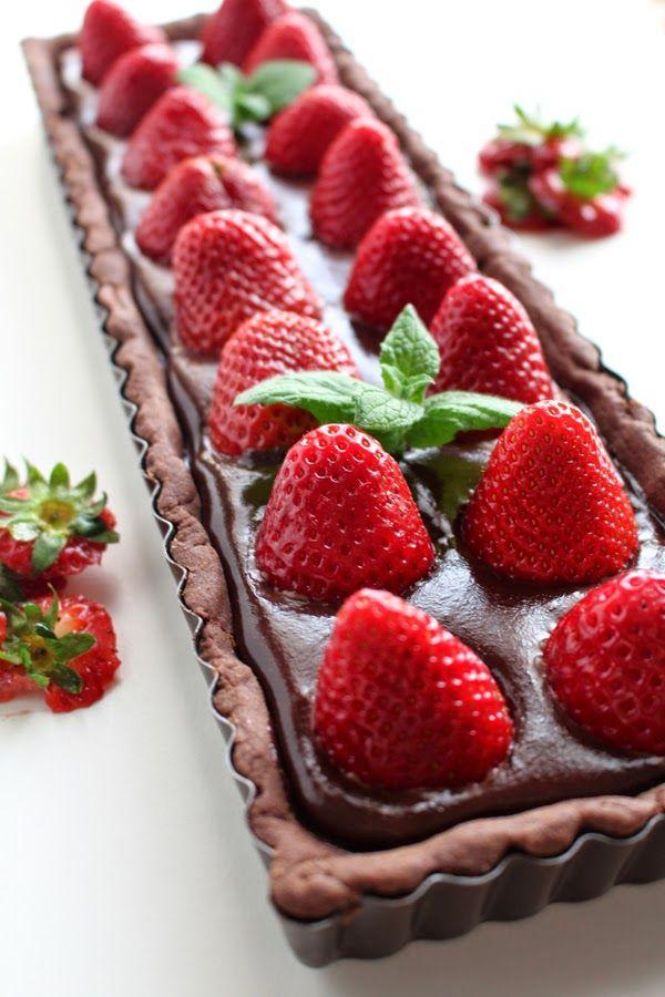 Crostata al cacao con ganache al cioccolato e fragole