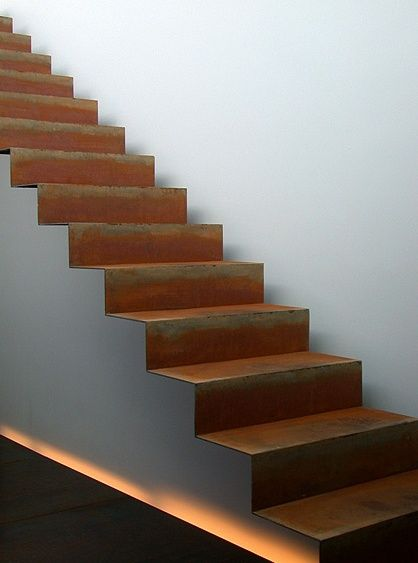 Metal plié sur escalier maçonné