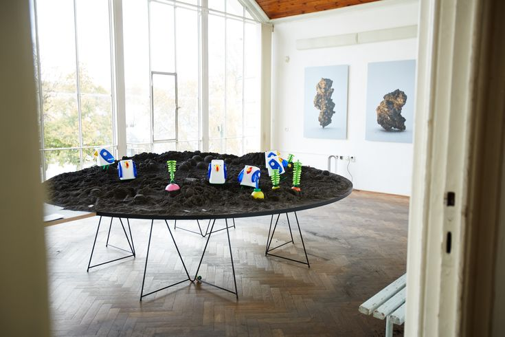 Table trestles can be use in many different ways. Here is nice example of combination with huge rounded table top.