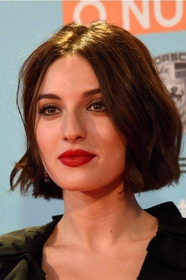 El rostro ovalado de María Valverde resulta perfecto para potenciar distintos rasgos de su rostro y su tono de pelo castaño. ¡Mucho más sexy!