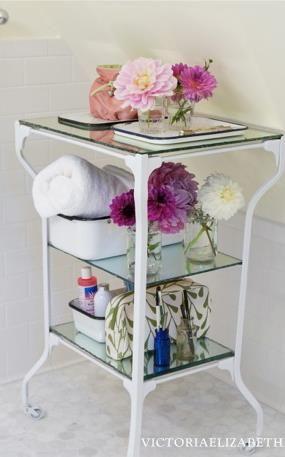 ANTES Y DESPUÉS ... una mesa médica antigua rescatada  de una venta de bienes consigue un cambio de imagen. Desnudamos la pintura y repintamos. ----------------- BEFORE & AFTER... a Vintage medical table from an estate sale gets a makeover. We stripped the paint and refinished it.