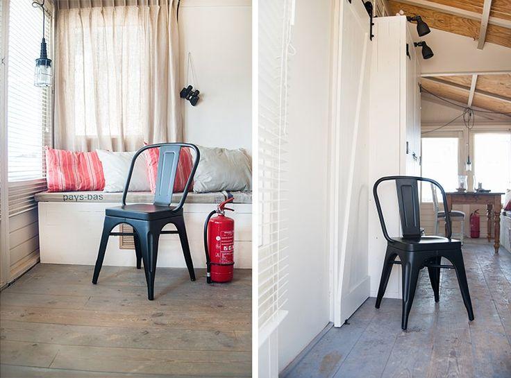 Het strandhuis van de familie Zwart, ingericht met deze hippe aluminium zwarte stoel van Gewoonstijl! #alulight #design #strandhuis #interieur #interior #cafestoel