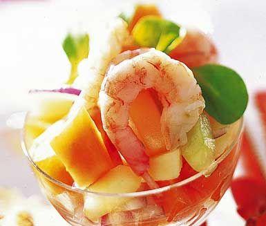 Fruktiga räkor i glas är en hänförande räkcocktail med papaya, äpple, gurka och rödlök som du serverar med en dressing av sweet chilisås, vinäger och olivolja. Enkelt att göra och en mycket festlig förrätt.