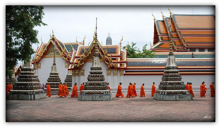 https://flic.kr/p/8CTTNb | La hora de la comida de los monjes. | TEMPLO  WAT PHRA KAEW.    El Wat Phra Kaew (วัดพระแก้ว, Templo del Buda de Esmeralda) es un templo budista (wat) en Bangkok, Tailandia. El nombre completo del templo es Wat Phra Sri Rattana Satsadaram, (วัดพระศรีรัตนศาสดาราม). Es el templo budista más importante de Tailandia, localizado en el centro histórico de Bangkok (distrito Phra Nakhon), dentro de los terrenos del Gran Palacio de Bangkok.  La construcción del templo…