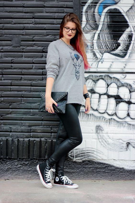 Dupla estilosa: legging + moletom  Moletom cinza, calça preta legging, tênis all star preto