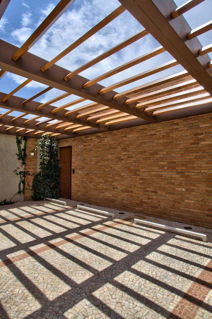 Navegue por fotos de Lojas e imóveis comerciais : Garagem. Veja fotos com as melhores ideias e inspirações para criar uma casa perfeita.