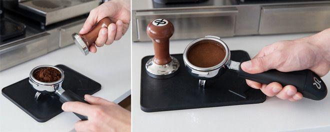 barista Una de las herramientas que caracteriza a los baristas es el compactador de café o también conocido como Tamper, esta herramienta permite presionar, prensar y compactar manualmente el café molido en el filtro de la máquina durante la preparación del café espresso.