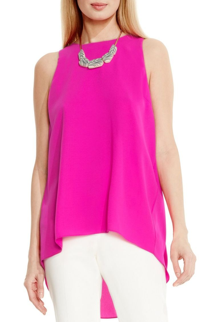 In love with this bright pop of neon pink paired with white denim for a chic summer look.
