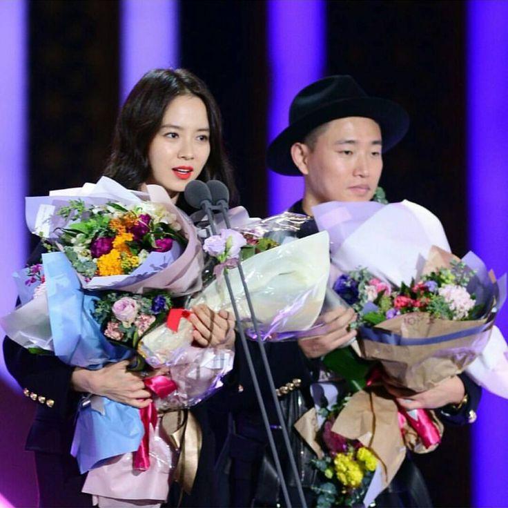 Monday Couple receiving High Excellence Award at 2015 SBS Entertainment Awards