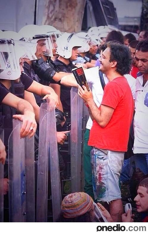 Heartwarming images from the Turkish Resistance: the resistance reading books to the riot police.