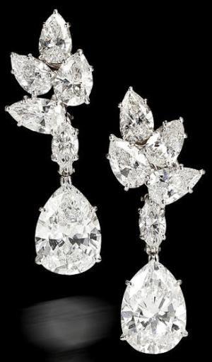 par de pendientes colgantes de diamantes, Harry Winston, 1967. cada uno diseñado como un diamante en forma de pera, con un peso de 3,90 y 3,43 quilates, suspendidos de un diamante en forma de marquesina y un surmount racimo de diamantes en forma de pera;  sin firmar, no.  6439, firmado con la caja;  restantes diamantes que pesan aproximadamente: 5,50 quilates totales.  nora