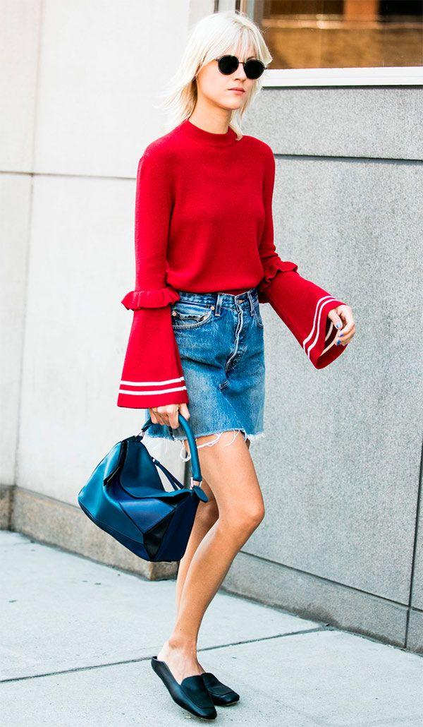 Um look com saia jeans ganha modernidade com o mule baixinho, que também poderia ser uma rasteira estilosa ou sapatilha, fica menos básico com a blusa de manga sino e ganha vida com o tom de vermelho!