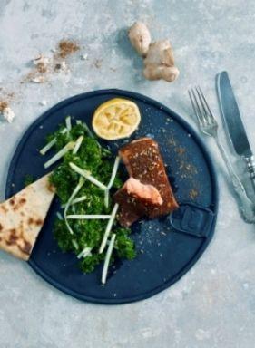 Ovnsbakt tandorilaks med grønnkålsalat   www.greteroede.no   www.greteroede.no