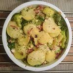 Recept: ovenschotel met aardappel, gebakken spekjes, broccoli, lente-ui en een witte saus