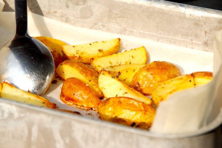 Se den dejlige opskrift på ovnbagte citronkartofler med oregano, hvor små kartoffelbåde vendes med citron og bages i ovnen. Ovnbagte citronkartofler med oregano er nemt tilbehør, og den syrlige cit…