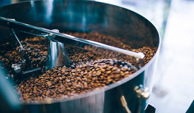 第1章でロースターの魅力を知ったあなたは、もうお気づきだろう。「世界中のコーヒー豆×焙煎士」の出会いによって、数えきれないコーヒーの味わいが生まれることを。ここでは、都内でロースターを備える6軒のコーヒー店をピックアップする。コーヒーに情熱