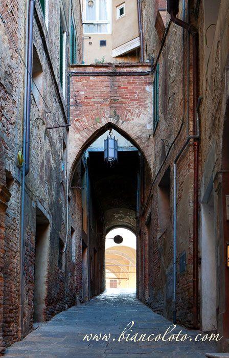 Сиена. Квартал, расположенный между Via del Porrionee и Via di Salicotto известен тем, что в XVI в. здесь находилось еврейское гетто.