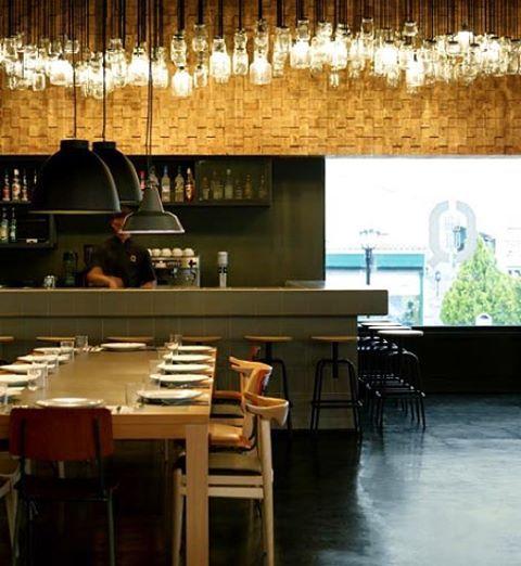 Em Atenas o Bar Que, projeto de K Studio tem um lustre feito de potes de geléia iluminados que se destaca na parede de pastilhas de madeira... O tom de verde musgo completa o ambiente despojado..#restaurantdesign #restaurante #restaurant #greece #athens #atena #grecia #drinks #geléia #cool