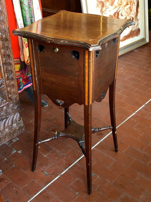 Oltre 20 migliori idee su tavolini antichi su pinterest for Compro mobili antichi