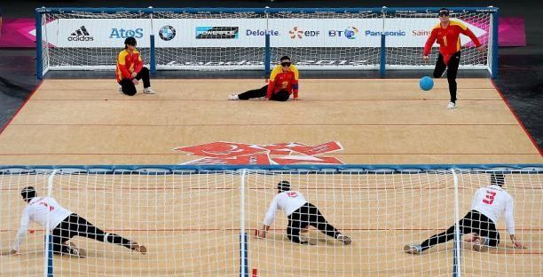 El GOALBALL, deporte de equipo creado especialmente para jugadores con discapacidad visual. A través del sentido auditivo los jugadores deben detectar la trayectoria de la pelota y evitar que se introduzca en la portería. Además, es un deporte paralímpico, incorporado desde el año 1976.