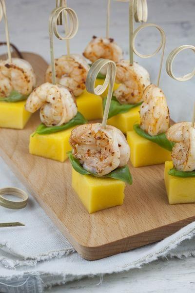 GAMBA EN MANGO HAPJES Deze gamba en mango hapjes staan binnen een handomdraai op tafel, ideaal voor een feestje! Een beetje zoet, een beetje pittig en toch fris, mm! Recept onder de knop >>BRON<<