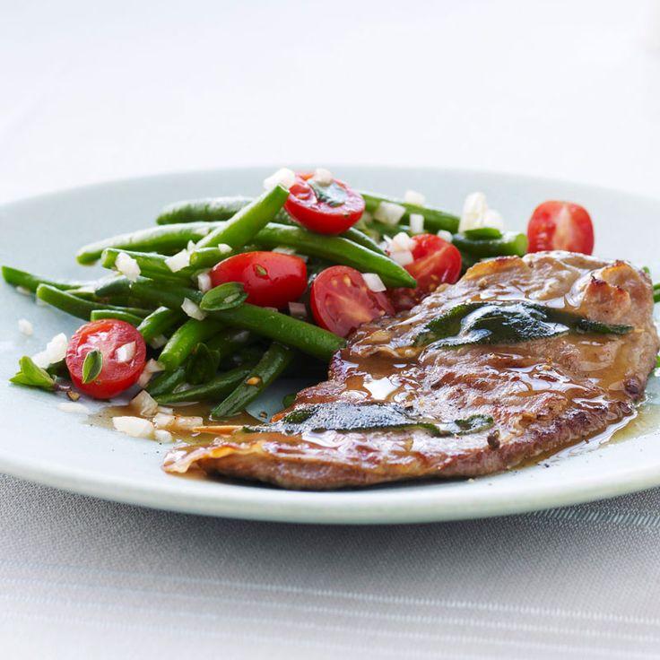 Fina råvaror gör saltimbocca till en elegant festrätt. En enkel sallad passar bra till den smakrika saltimboccan.