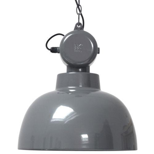 De HK Living Factory Hanglamp M is geïnspireerd op ouderwetse fabriekslampen. De transformatie kast bovenop is dan ook puur decoratief! De industriële hanglamp is erg mooi boven de tafel, in de keuken of hal. Een oude klassieker in een nieuw ontwerp!