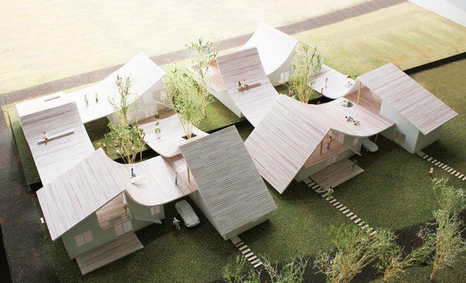 千葉県富里市に 8 戸の分譲住宅を建設するための実施コンペへの応募案。 ( ※2等案 ) 「 8 棟の住まいが集合して住むことでできる新たな郊外生活が可能な提案」が望まれました。そこで緑豊かな周辺環境を生かした大きなルーフテラス付きの住宅地を提案しました。4つの住戸をまんじ状に屋根をつなぐことですべての住戸が大きなルーフテラスを所有できます。一般的な長屋形式では、壁を共有することで庭の面積を広 げるというメリットを出していますが、この提案では屋根を共有することでルーフテラスの空間的な質と大きさを最大化するという考え方です。木々が植えられた中庭を囲うようにルーフテラスが立体的に折り重なることで、適度な視覚的なつながりをもたらし、屋根を生活の中心とする緩やかなコミュニティを形成できるのではないかと考えました 。