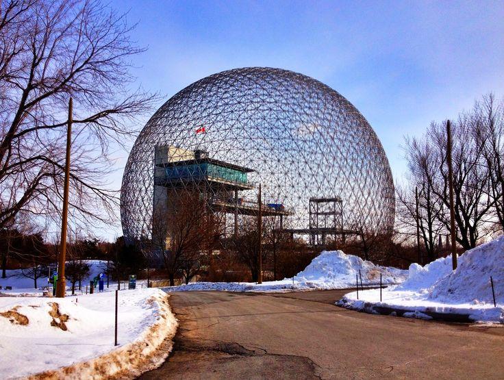 バイオスフェア 思想家で建築家のバックミンスター・フラーが、1967年にカナダで開かれたモントリオール万博で、アメリカ館のパビリオンとして設計した。フレームを三角形に組み合わせて球状のドームを形作っている。 Biosphere Buckminster Fuller architect in thinkers , in the Montreal Expo , which was held in Canada in 1967 , it was designed as American Museum Pavilion . And it is shaped spherical dome by combining frames into triangles .