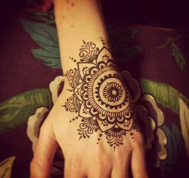 henna design, perfect for parties! Nice design, but the location can be better