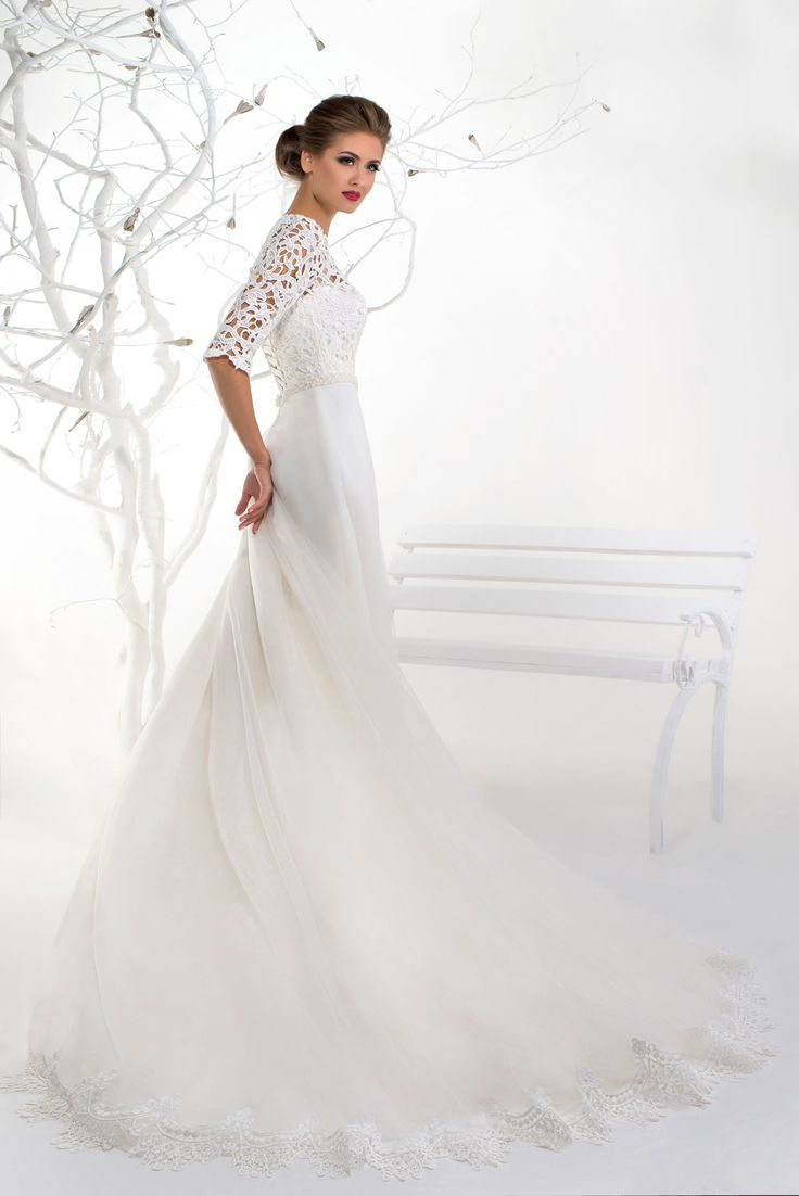 Nádherné svadobné šaty s čipkovanými rukávmi a dlhou sukňou zdobenou čipkou