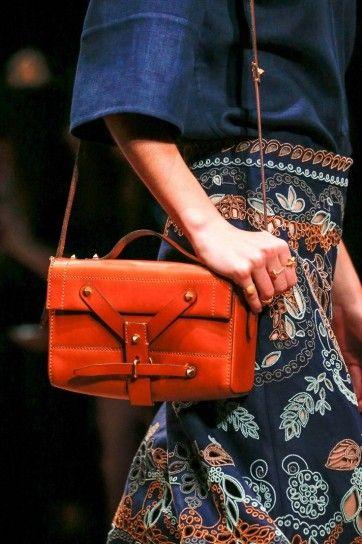 Borsa a tracolla in cuoio con borchie oro per la primavera / estate 2015 di Valentino.