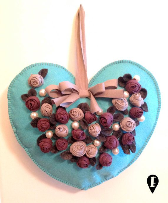 Cuore in feltro con rose e perle decorazione Felt heart with roses and pearls di ELISABETOWN #heart #rose #roses #pearls #romantic #home #decor #Christmas #romantic #handmade #felt #cuore #perle #romantico #Natale #feltro