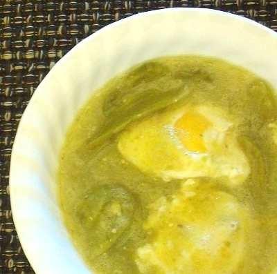 Deliciosos huevos ahogados en salsa verde con nopalitos.  // Scrumptious eggs poached in green sauce, with cactus pieces.