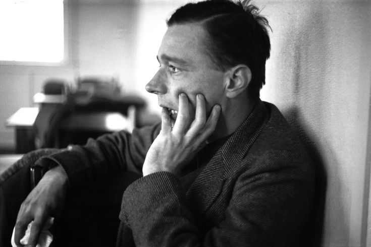 Walker Evans is one of the most influential artists of the twentieth century.His elegant, crystal-clear photographs and articulate publications have inspired several generations of artists, from Helen Levitt and Robert Frank to Diane Arbus, Lee Friedlander, and Bernd and Hilla Becher.