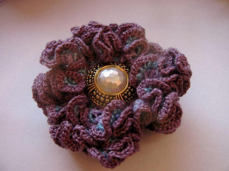 Valérie - háčkovaný květ 3D (na objednávku) Květ uháčkovaný ze slabých bavlněných přízí. Lila základ,obháčkovaný nejdříve modrou a poté tmavě fialovou přízí. Střed tvoří knoflíček. Květ můžete použít jako brož nebo k dekorování různých předmětů včetně přáníček... Průměr: cca 7 cm.