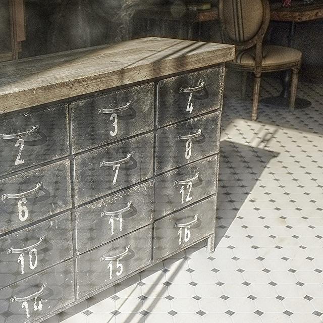 Nummers op archiefkast en donker hout Lovely industrial cupboard