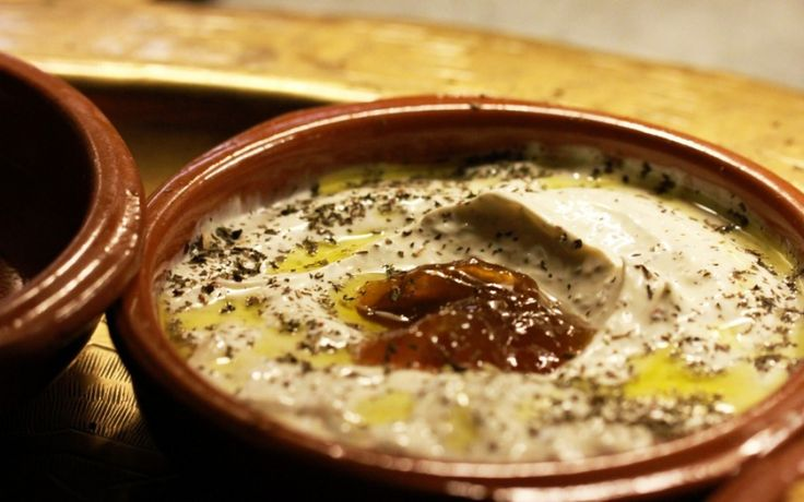 Libanese keuken: Labneh. Vandaag aandacht voor de Mezzes uit de Libanese keuken met het recept voor Labneh, een traditionele Libanese yoghurtdip van kruidige hangop.