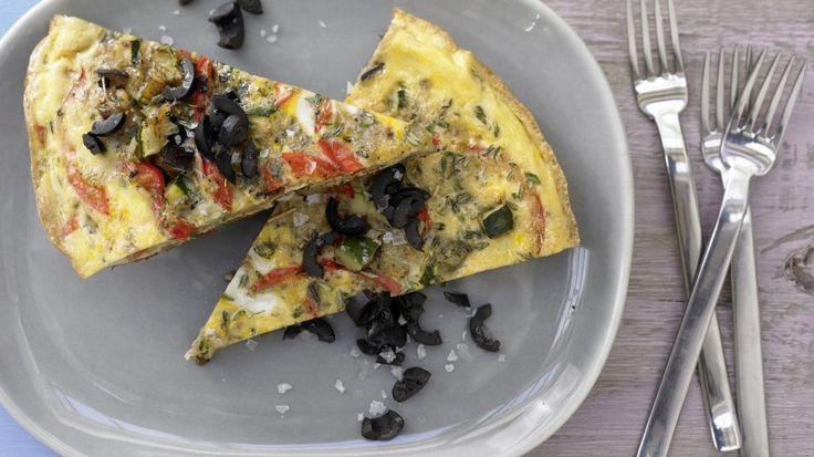 In Südfrankreich hochgeschätzt als leichtes Abendessen: Provenzalisches Gemüse-Omelett mit schwarzen Oliven | http://eatsmarter.de/rezepte/provenzalisches-gemuese-omelett