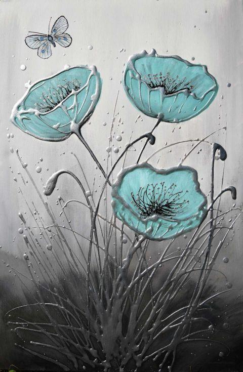 pintura azul de amapola en la lona con una mariposa. Texturizado con plata, fondo gris-negro. Lienzo borde profundos