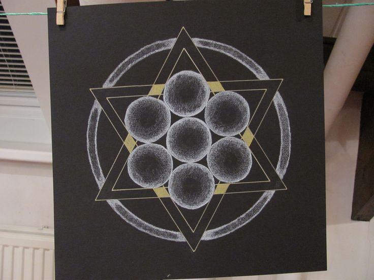 Ook Willemien gebruikt stille momenten om haar eigen mandala te maken, hier de levensbloem  - geprojecteerd op de Davidster.
