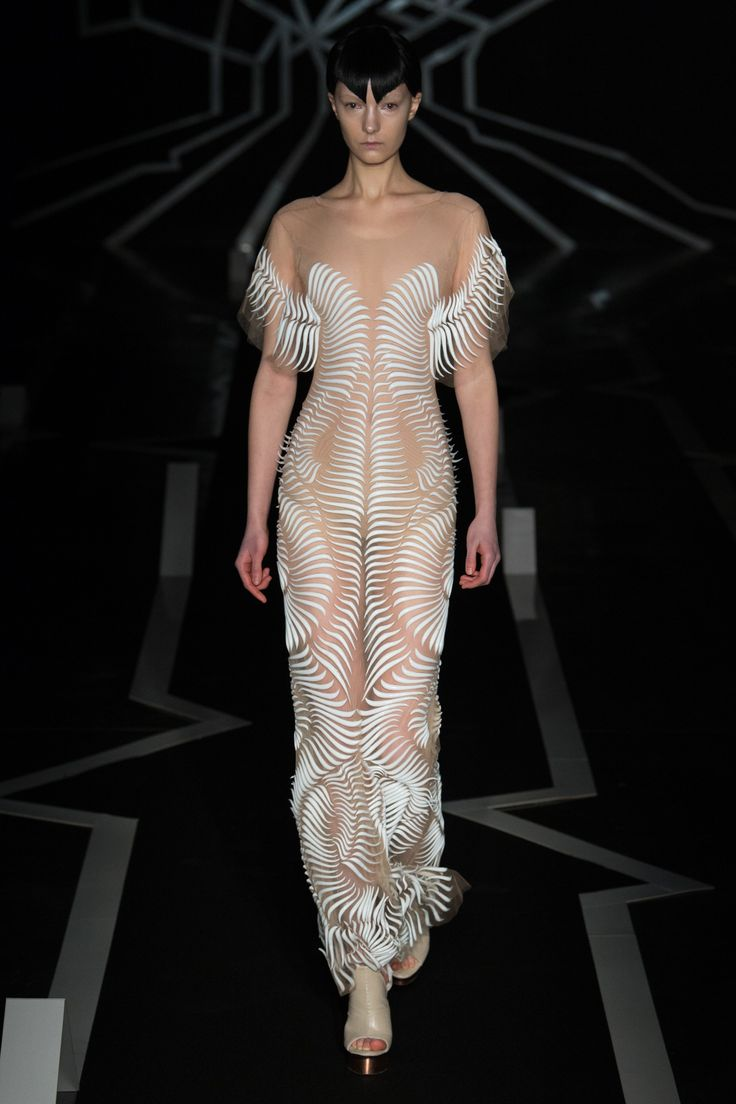See the complete Iris van Herpen Spring 2017 Couture collection.