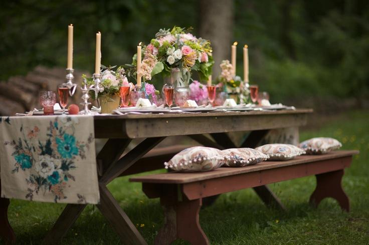 prettiest picnic table I've seen!Wedding Tables, Tables Sets, Summer Picnics, Bridal Shower Ideas, Tables Runners, Picnics Tables, Parties Tables, Gardens Parties, Bridal Showers